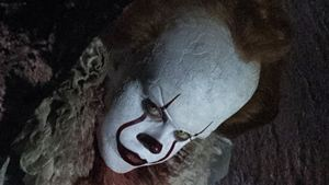 """Neue schaurige Bilder zu """"Stephen Kings Es"""": Horror-Clown Pennywise hat es auf eine Gruppe Kinder abgesehen"""