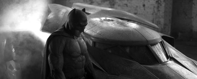 batman v superman bilder von der comic con zeigen maske und umhang des dunklen ritters kino. Black Bedroom Furniture Sets. Home Design Ideas