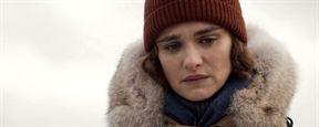 """""""Denial"""": Im ersten Trailer verleugnet Timothy Spall den Holocaust und verklagt auch noch Rachel Weisz"""