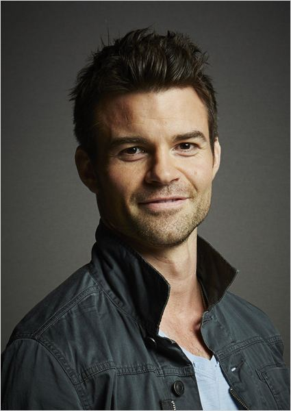 The 41-year old son of father (?) and mother(?), 180 cm tall Daniel Gillies in 2017 photo