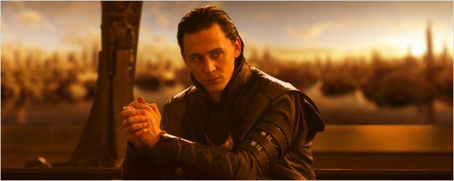 """""""Er ist zurück!"""": Tom Hiddleston postet Loki-Selfie vom """"Thor 3: Ragnarok""""-Set"""